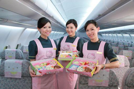 Lentoemännät ovat pukeutuneet teeman mukaisesti, ja tarjoavat Hello Kitty -henkistä purtavaa.