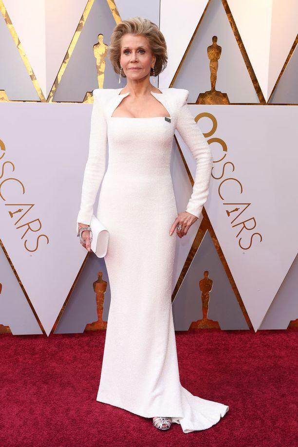 Jane Fondakin valitsi ylleen valkoisen iltapuvun. Fonda on palkittu kahdesti Oscar-palkinnolla. Fonda tunnetaan paitsi näyttelijänä, myös kirjailijana ja tuottajana.