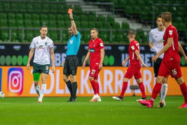 Bremenin kapteeni Niklas Moisander ajettiin kentältä putoamiskarsinnan avausosassa kahdella keltaisella kortilla.