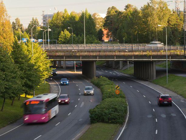 Liikennettä Oulussa. Kuvituskuva.