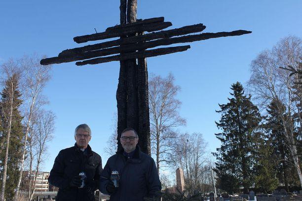 Kirkkoherra Timo Määttä (vas.) ja keräystoimikunnan puheenjohtaja Leo Mehtälä herkistyvät aina alttarilla käydessään. Alttarille tuodaan usein myös kynttilöitä.