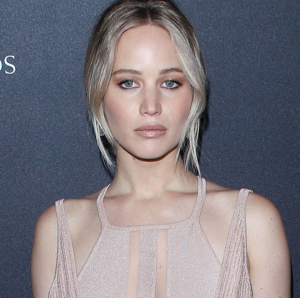Lawrence näytteli Katniss Everdeenia Nälkäpeli-elokuvasarjassa (2012-2015). Oscar-palkinnon tähti sai elokuvasta Unelmien pelikirja vuonna 2012.