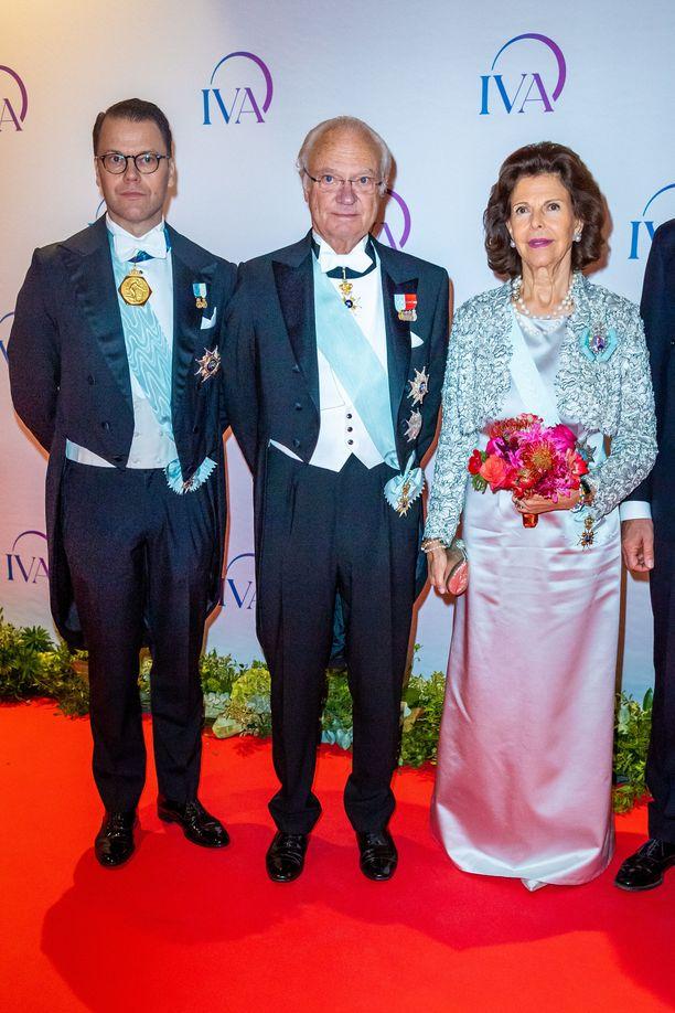 Prinssi Daniel, kuningas Kaarle XVI Kustaa ja kuningatar Silvia jakoivat palkintoja iltajuhlassa.