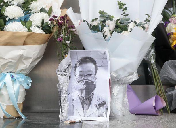 Tohtori Li Wenliang yritti varoittaa leviävästä viruksesta, mutta viranomaiset vaiensivat hänet. Lopulta toki taudin levitessä sitä ei voitu enää kiistää.