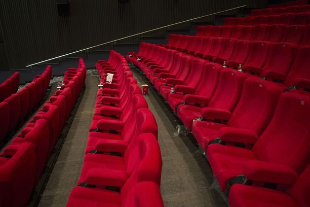 Kinopalatsin penkit kastuivat yöllä sprinklerivedestä, kun tulipalo tuhosi yhtä teatterisalia. Kuvituskuva.