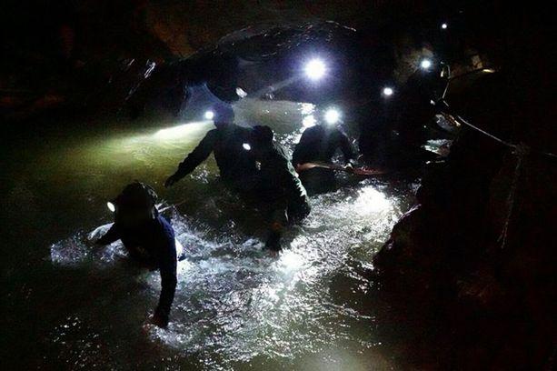 Thaimaan merivoimien sukellusyksikkö johtaa loukkuun jääneen 12-henkisen poikien jalkapallojoukkueen pelastusoperaatiota. Pojat ja heidän valmentajansa katosivat kesäkuun 23. päivä.