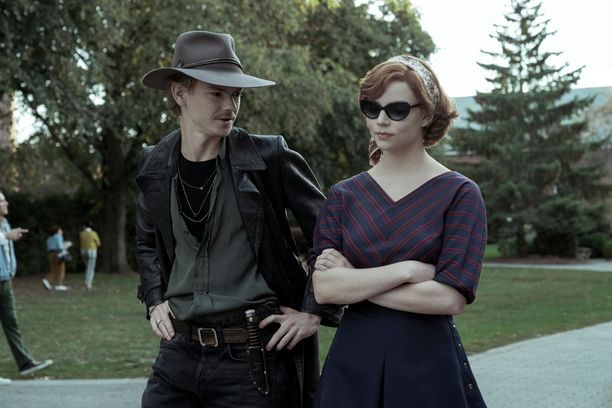 Thomas Brodie-Sangster ja Anya Taylor-Joy The Queen's Gambit -sarjassa.