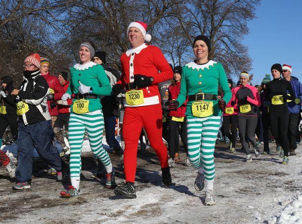 Yllättäen satanut lumi ei häirinnyt juoksukisan osallistujia Iowan Urbandalessa Yhdysvalloissa.