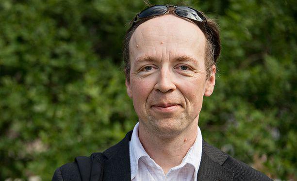 Perussuomalaisten puheenjohtaja Jussi Halla-aho oli jakanut Facebookissa MV-julkaisun jutun, jossa väitettiin, ettei auttaja ollut auttanut uhreja.