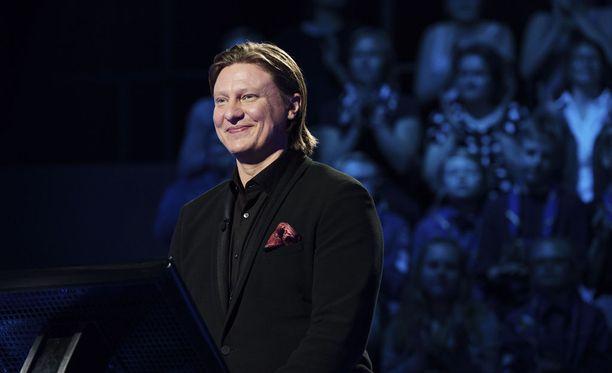Jaajo Linnonmaa on valittu useita kertoja vuoden radiojuontajaksi. Hänet tunnetaan myös Haluatko miljonääriksi? -ohjelman juontajana.
