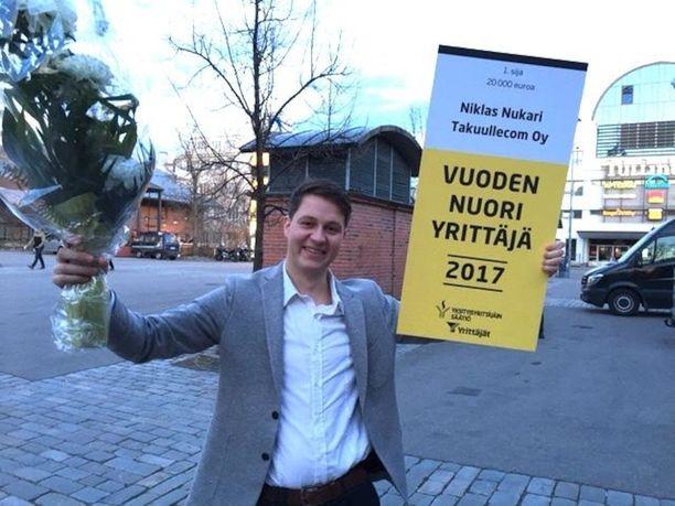 Niklas Nukari kävi pokkaamassa Vuoden nuori yrittäjä -palkinnon perjantaina Tampereella. Juhlat jäivät väliin, sillä yritystoimintaan liittyvät velvollisuudet kutsuivat nuorta toimitusjohtajaa jälleen lauantaina.