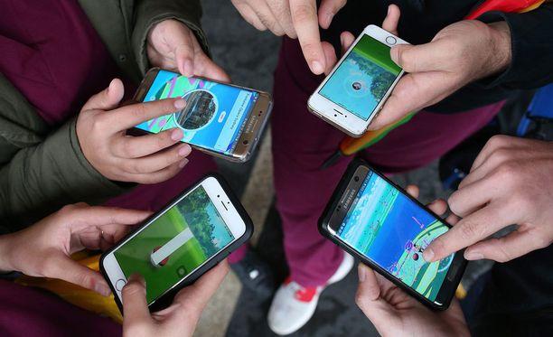Pokémon Go on maailmanlaajuinen hittipeli. Etsivän näköisinä vaeltelevat pelaajat ovat jo paikoin tuttu näky katukuvassa.