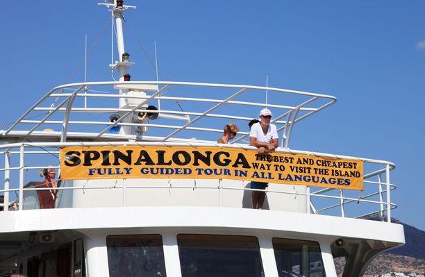 Spinalongalle pääsee reittiveneellä, ja vuoroja on usein.