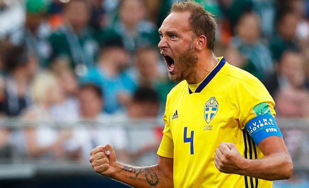 Ruotsin kapteeni Andreas Granqvist ratkaisee pilkulta.