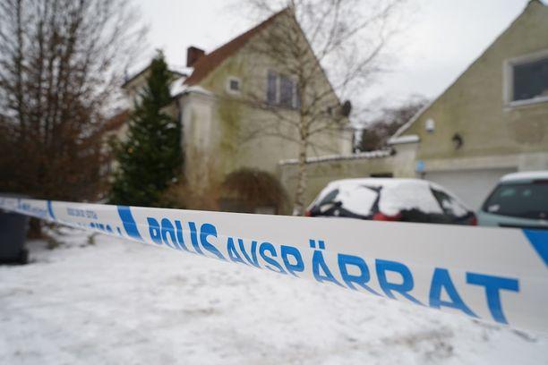 Poliisi eristi talon perjantaina 10. helmikuuta. Taloa ympäröi poliisin nauhat edelleen maanantaina 13. helmikuuta, kun Iltalehti vieraili paikalla.