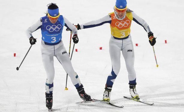Krista Pärmäkäkoski (vas.) Suomen ankkurina joutui tekemättömään paikkaan, kun Riitta-Liisa Roponen toi sinivalkoiset vaihtoon 42 sekuntia venäläisiä perässä.