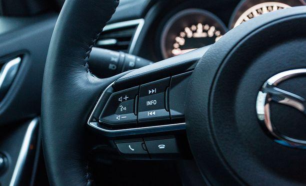 Mazdan puhekomennot tottelevat myös suomenkieltä. Esimerkiksi osoitteen voi syöttää navigaattoriin puhumalla.