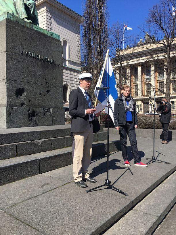 Halla-aho ja hänen kilpakumppaninsa Sampo Terho pitivät puheensa Suomen Pankin edustalla Helsingin Snellmaninaukiolla.