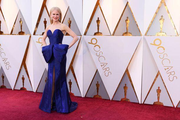 Nicole Kidmanin sinisen puvun juju oli näyttävä rusetti.