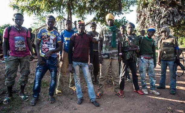 Kuvassa kristittyjä Anti-Balakan sotilaita, jotka puolustivat kristittyä asuinaluetta elokuun lopussa Keski-Afrikan Bodassa.