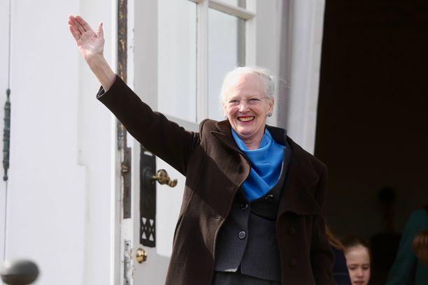Näin iloisena Margareeta heilutteli juhlakansalle 79-vuotispäivänään viime tiistaina.