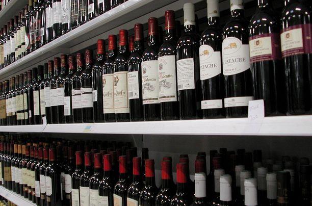 Noin puolet suomalaisista haluaisi viinit myyntiin ruokakauppoihin.