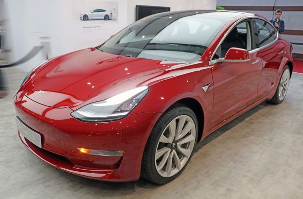Vajaat 4,7 metriä pitkä Tesla Model 3 on isoja sisaruksiaan kompaktimman näköinen.