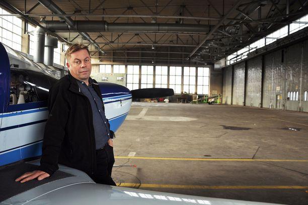 – Koneilla pitää välillä olla sulatuspaikka ja ne on saatava kuivaksi. Niiden avioniikka ei kestä jatkuvaa kylmää, huomauttaa Malmin lentoaseman ystävät ry:n puheenjohtaja Timo Hyvönen kaupungin kieltämässä hallissa.
