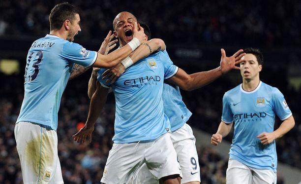 Toppari Vincent Kompany puski Manchester Cityn avausmaalin.