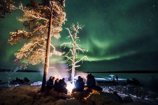 Turistit haluavat nähdä Suomessa revontulia.