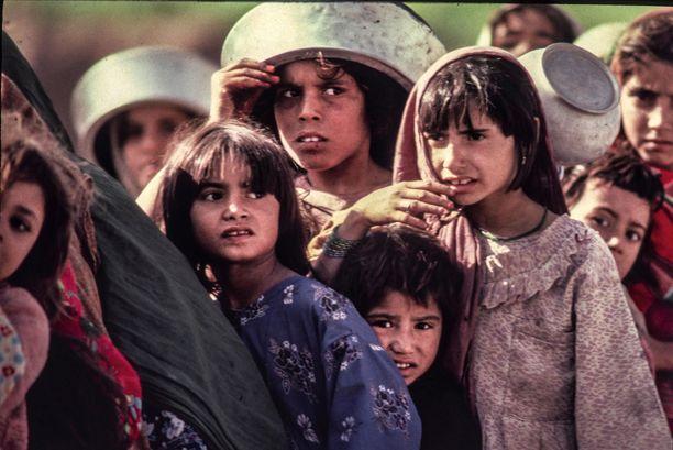 Tyttöjen ja naisten aseman pelätään palaavan yhtä huonoksi Afganistanissa, kuin Talibanin edellisellä valtakaudella. Kuvassa afganistalaisia pakolaisia Pakistanin rajalla olevassa leirissä.