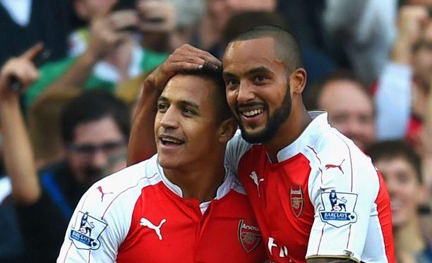 Ainakin Alexis Sanchez ja Theo Walcott uskaltavat esitellä hampaitaan.