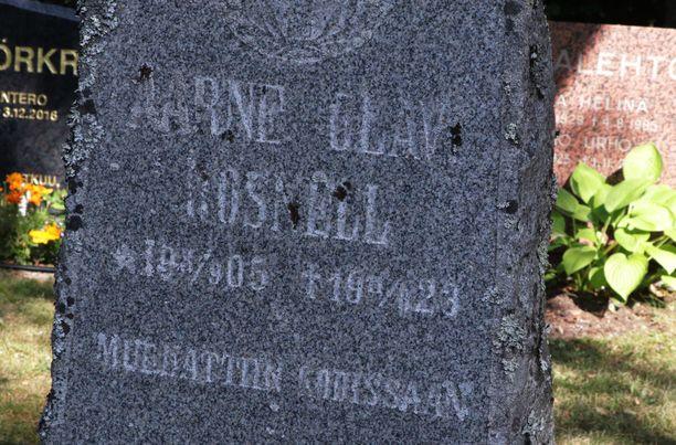 Selkäpiitä kylmäävä hautakiviteksti on kaiverrettu 1920-luvulla, joten se on jo melko kulunut.
