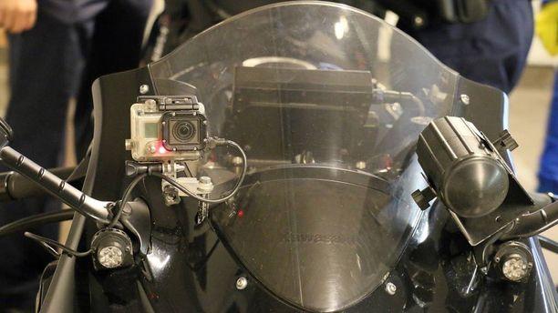 Siviilipyörän katteen takana on samaa tekniikkaan kuin tunnuksellisessa poliisipyörässäkin.