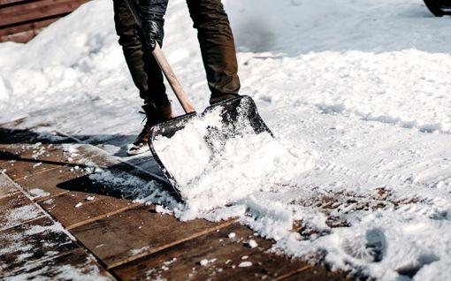 Tyhmät talvimokat pihamaalla - näiden takia vihaat lumitöitä tai liukastut