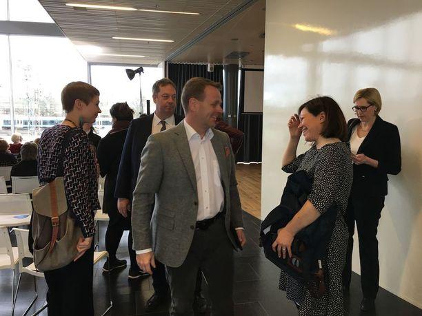 Kokoomuksen ja vihreiden pormestariehdokkaat Jan Vapaavuori ja Anni Sinnemäki vaihtoivat kuulumisia ennen maanantain tenttiä. Taustalla perussuomalaisten pormestariehdokas Mika Raatikainen sekä SDP:n pormestariehdokas Tuula Haatainen.