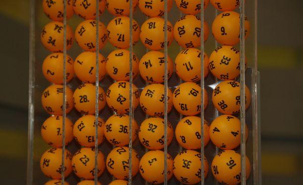 Plussan hinta on 50 senttiä riviltä. Plussattu lottorivi maksaa 1,50 euroa.