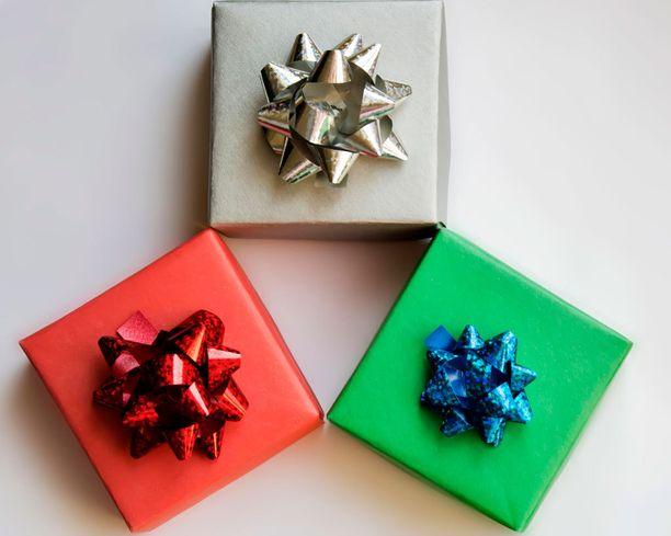 Laatikko 1 on punainen, 2. kultainen ja 3.vihreä.