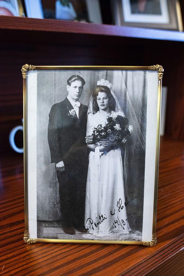 Pentti Heinonen meni naimisiin Helminsä kanssa 20-vuotiaana heti sodan jälkeen vuonna 1946. Ensimmäisen kotinsa nuoripari rakensi entiseen kanalaan, koska Helsingissä oli ankara asuntopula.