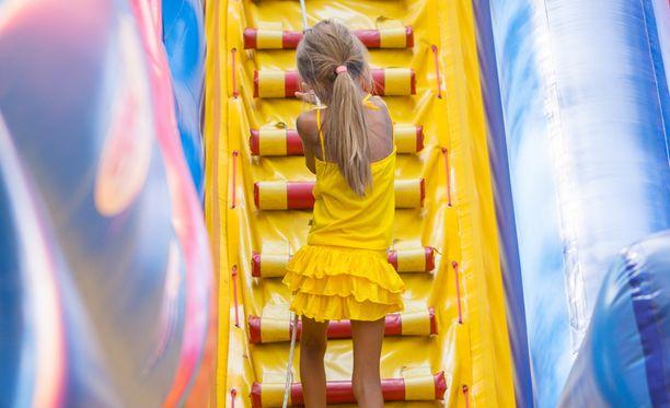 Sisäleikkipuistot tarjoavat hauskaa liikunnallista tekemistä, mutta useamman lapsen perheessä niiden hinnat voivat tuntua turhan kovilta.