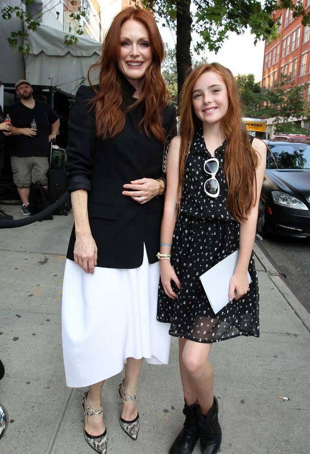 Julianne Mooren Liv-tyttärestä on kuoriutunut samanlainen kaunotar kuin äitinsä.