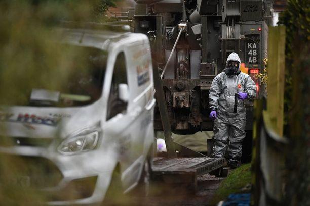 Armeija korjasi hermomyrkylle altistuneita ajoneuvoja talteen vahvassa suojavarustuksessa Salisburyssa.