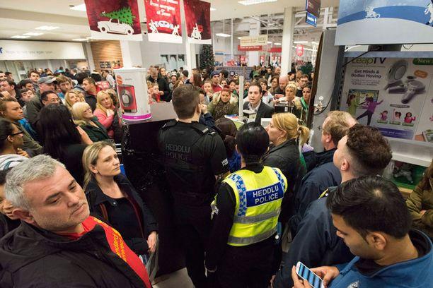 Poliisi kutsuttiin paikalle useaan myymälään.