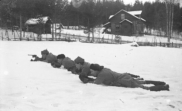Tuntemattomia valkoisia sotaharjoituksissa Ruoveden kirkonkylällä.