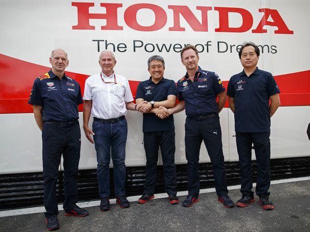 Red Bullin tekninen johtaja Adrian Newey (vasemmalla), Red Bullin neuvonantaja Helmut Marko (2. vas.), Hondan moottoriurheilupomo Masashi Yamamoto (keskellä), Red Bullin tallipäällikkö Christian Horner (2. oikealta) ja Hondan F1-pomo Toyoharu Tanabe (oikealla) poseerasivat viime kesänä yhteiskuvassa osapuolten välisen yhteistyön merkiksi.