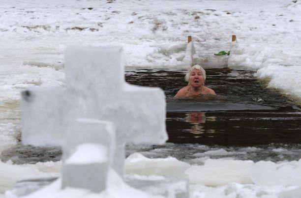 Nainen avantouimassa Venäjällä 10. tammikuuta.