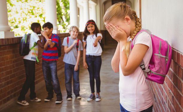 Pojat nousivat kiusatun tytön tueksi. Kuvituskuva.