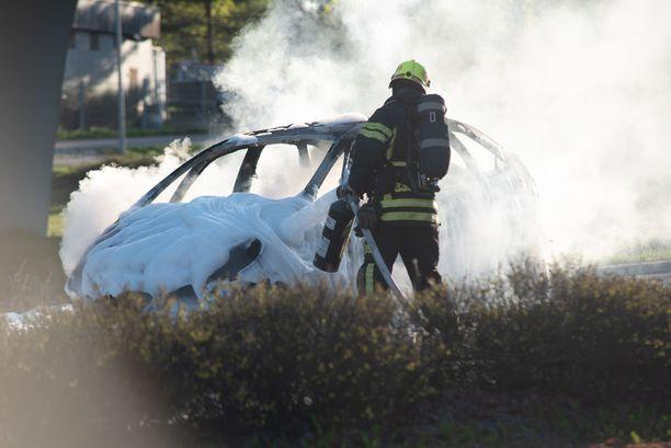 Lopuksi auto vaahdotettiin, jotta se ei syttyisi uudelleen palamaan.