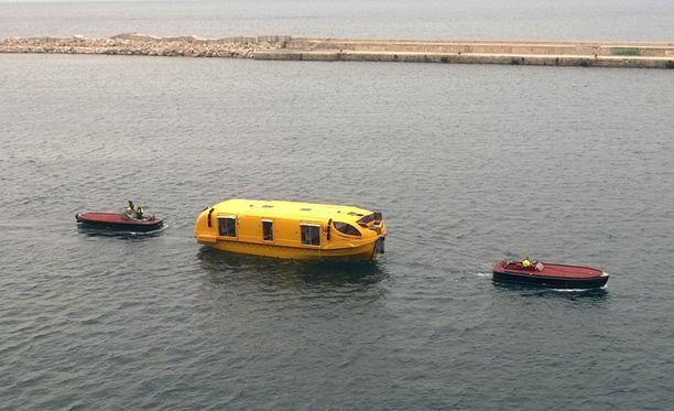 Keskiviikkoaamuna Harmonyn vierellä hinattiin pelastusvenettä.