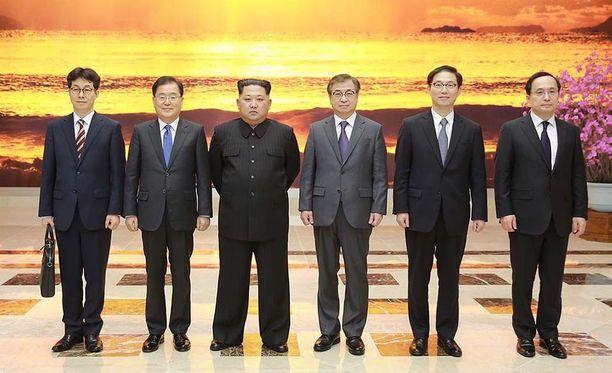 Kim Jong-un poseerasi tässä Pohjois-Korean uutistoimiston jakamassa kuvassa Pjongjangissa vierailleen etelä-korealaisen delegaation kanssa.